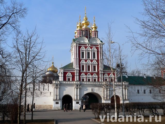 Новодевичий монастырь в Москве, Надвратная Преображенская церковь.
