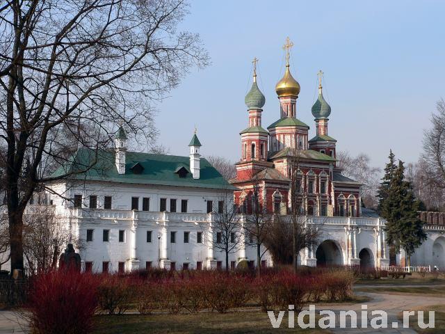 Новодевичий монастырь в Москве, Мариинские палаты и Надвратная Покровская церковь.