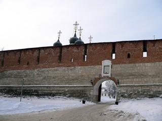 Зарайск.  Зарайский кремль.  Троицкие ворота.  Слева видны купола Никольского собора.