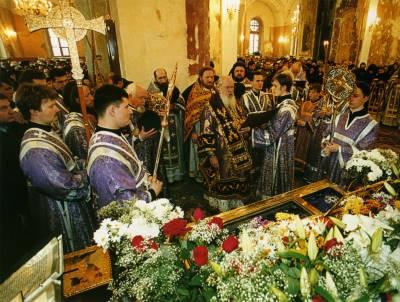 Святейший Патриарх Московский и всея Руси Алексий II совершает молебен у мощей Святой Праведной блаженной Матроны Московской